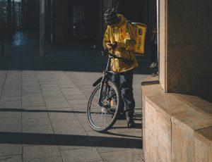 Un livreur de Yandex à vélo.