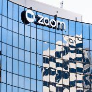le logo de zoom sur un batiment vitré